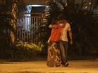 Grávida, Juliana Paes troca beijos com o marido em passeio romântico