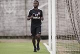 Mendoza treina com bola, e Fábio Santos não deve enfrentar Danubio