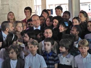 Em visita a escola franco-brasileira de Brasília, o presidente francês François Hollande posou para fotos ao lado de estudantes (Foto: Luciana Amara/G1)