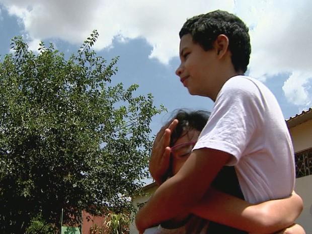 Irmãos Vitor e Vitória aguardam adoção em abrigo de Ribeirão Preto, SP (Foto: Reprodução/EPTV)
