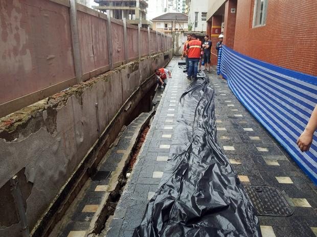 Estrutura de prédio desaba em Santos e rompe encanamento de gás em Santos, SP (Foto: Ivair Vieira Jr/G1)