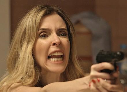 Kiki explode e coloca Romero sob a mira de seu revólver