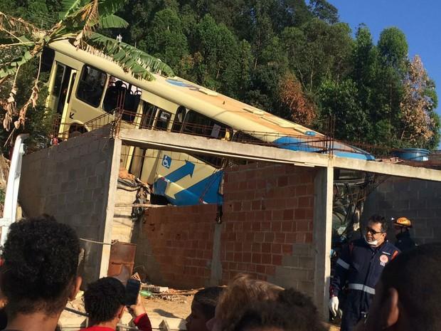 Acidente ônibus Vila Esperança Juiz de Fora (Foto: Cláudia Mourão/G1)