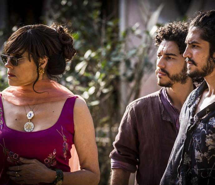 Iolanda, Martim e Miguel querem saber notícias de Santo (Foto: Inácio Moraes/Gshow)