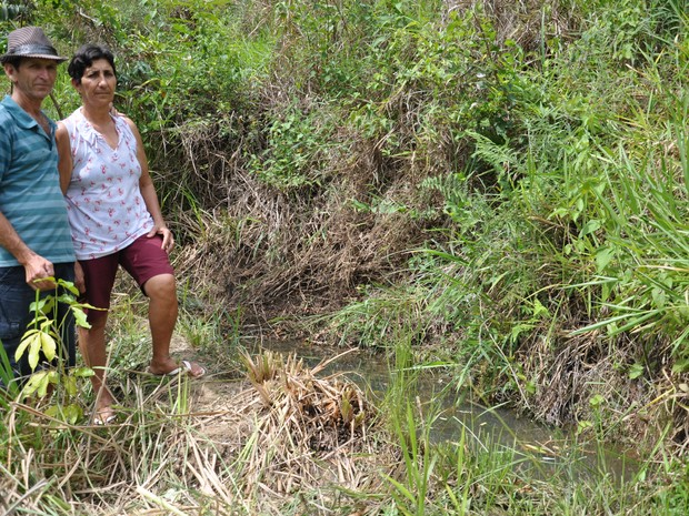 Emoildes e a esposa mostram a poça que surgiu com a nascente protegida. (Foto: Flávia Pizelli/Rio Rural)