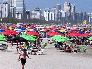 Centenas de banhistas lotaram a praia do Itararé em São Vicente, no litoral de São Paulo, na tarde deste sábado (13). Logo pela manhã os termômetros já marcavam temperaturas altas e moradores foram caminhar na orla. A previsão do tempo aponta que o doming (Foto: Ivair Vieira Jr / G1)