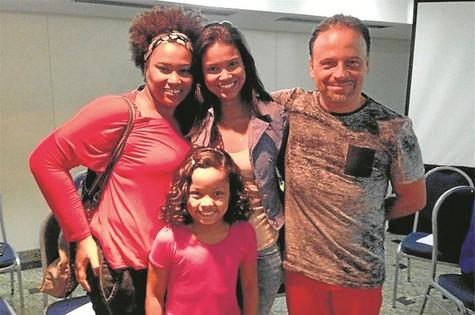 Marcos Breda posa com Lilian Valeska, Aline Dias e Duda Costa (Foto: Divulgação)