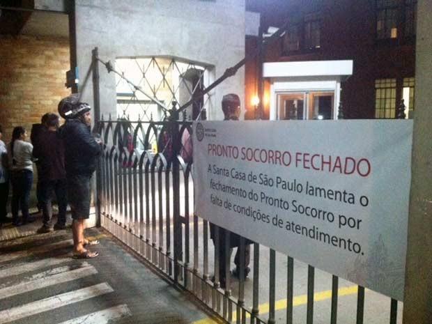 Santa Casa fechou portão do Pronto-Socorro na noite de terça-feira (22). (Foto: Roney Domingos/G1)