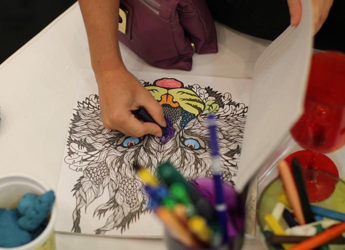 Com a ajuda dos objetos, um dos candidatos faz um lindo desenho  (Foto: Gshow)