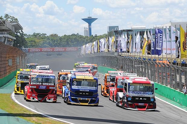 Largada corrida 2 dos Truck (Foto: Fabio Davivi/MF2)