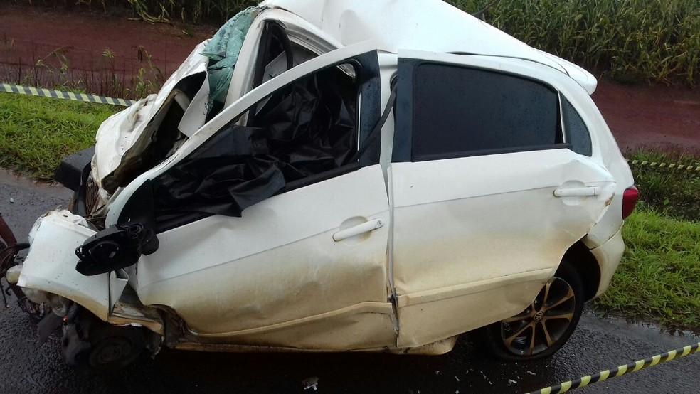 Carro com placas de Campina da Lagoa ficou praticamente destruído com a batida; casal morreu no local (Foto: PRF/Divulgação)