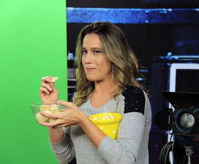 Fernanda Gentil come pão de queijo em gravação antes do 'Altas Horas' (Foto: Marcos Mazini/Gshow)