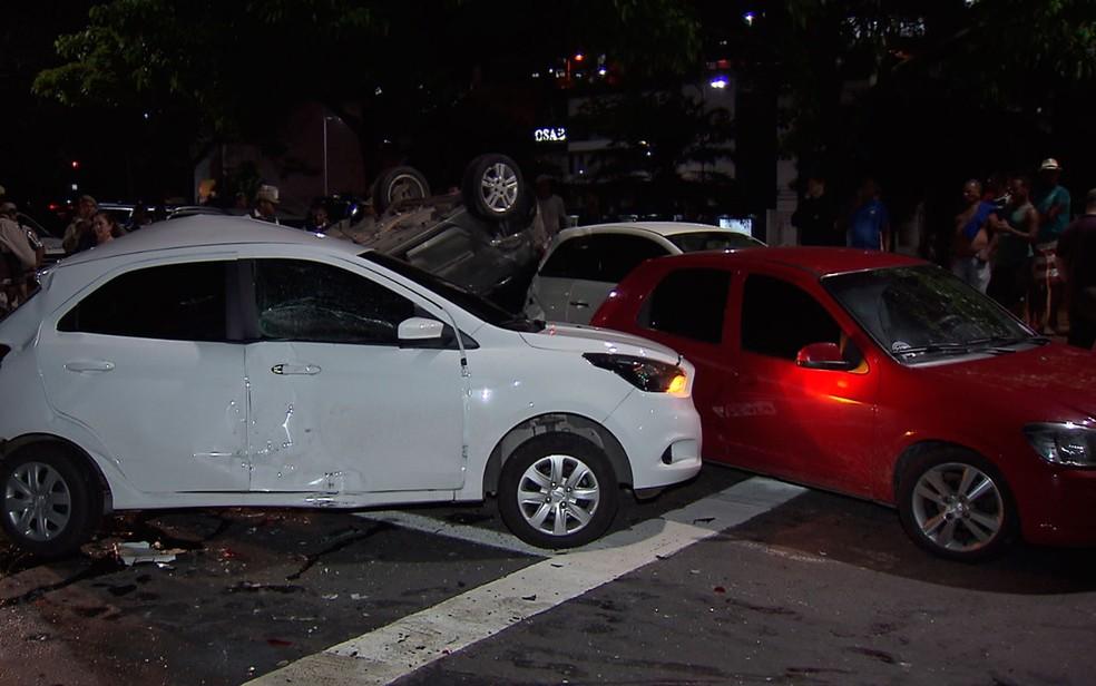 Criminosos capotaram carro e atingiram outros cinco veículos (Foto: Reprodução/TV Bahia)