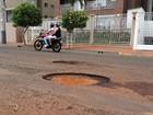 Motoristas desviam de buracos pela contramão na zona sul de Ribeirão