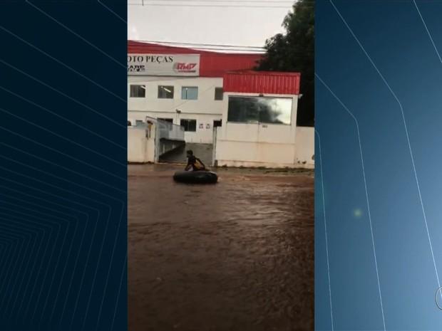 Chuva forte provoca estragos, alaga ruas e derruba árvores em Goiânia, Goiás (Foto: Reprodução/TV Anhanguera)