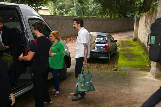 Amigos e familiares chegam a casamento do Alexandre Nero (Foto: Delson Silva/AgNews)