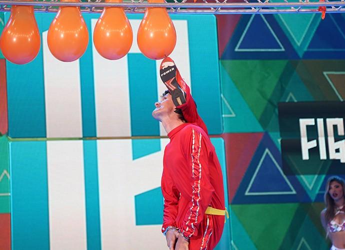Homem-Elástico estoura balões (Foto: Carol Caminha / Gshow)