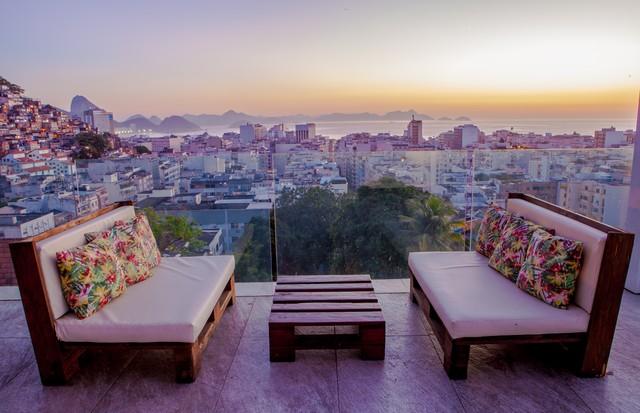 O rooftop da Casa Mosquito tem vista de cima da praia de Copacabana (Foto: Divulgação)