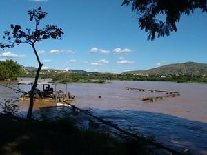 Bombeiros também fizeram buscas no rio, próximo a um areal, no Bairro Santa Rita (Foto: Diego Souza/G1)