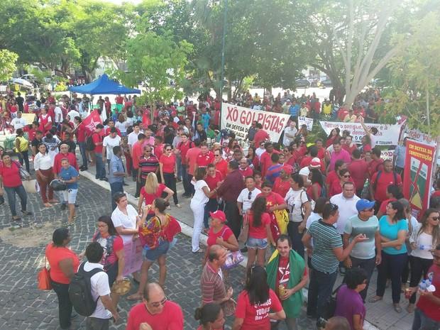 Manifestantes fazem ato pró-Dilma na Praça Pedro II, em Teresina (Foto: Ellyo Teixeira/G1)