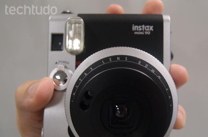 A Instax imprime fotos em papel de filme, com química  (Foto: Pedro Zambarda/TechTudo)