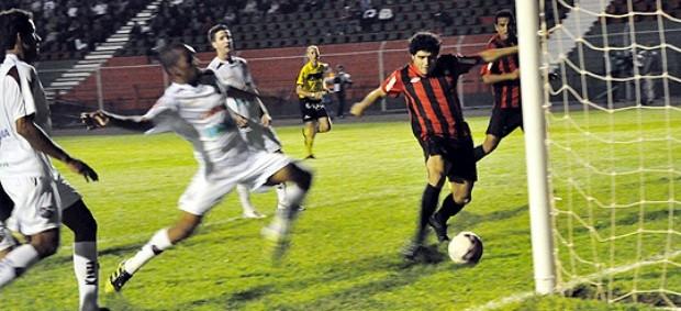 Meia Zezinho marca em vitória do Atlético-PR sobre o Toledo (Foto: Divulgação/Site oficial do Atlético-PR)