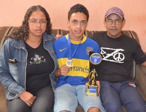 Maykol com os pais em sua casa em São Carlos (Foto: Angelo Tedeschi)