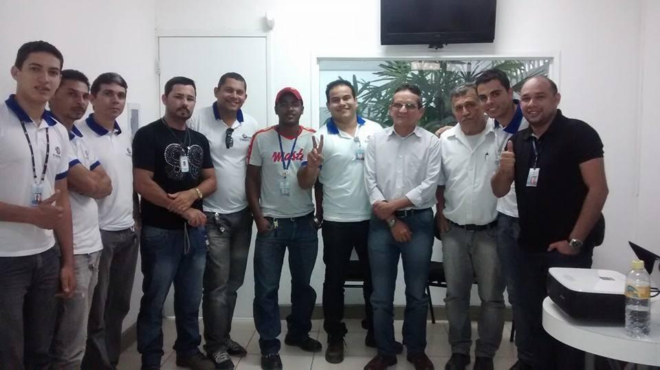 Walter e amigos de trabalho durante confraternização da empresa (Foto: Arquivo Pessoal)