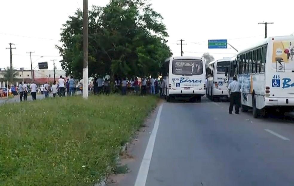 Manifestantes fecharam a passagem de veículos na rotatória da BR-406 com a BR-101 Norte (Foto: Reprodução/Inter TV Cabugi)