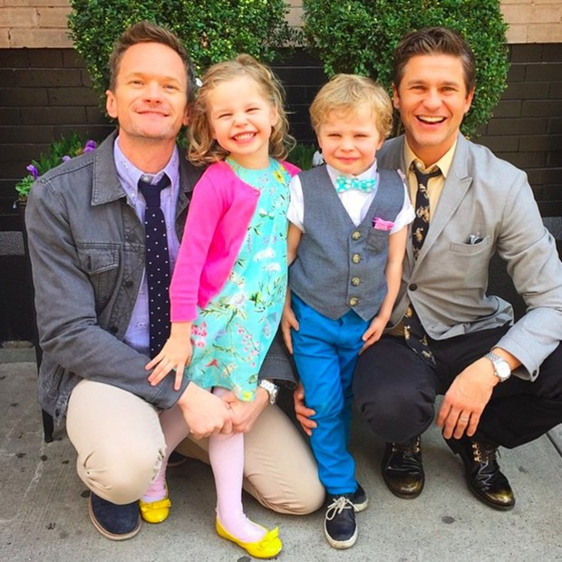 Niel Patrick Harris, seu esposo Gideon Scott Burtka-Harris, e os filhos adotados Harper Grace Burtka-Harris (Foto: Reprodução/ Instagram)