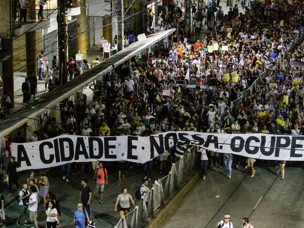 Manifestantes do Movimento Ocupe Estelita fazem manifestação no centro do Recife (PE) (Foto: Fernando da Hora/JC/Estadão Conteúdo)