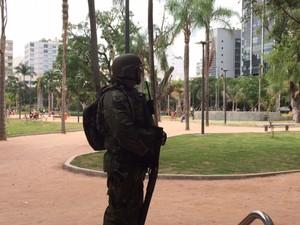 Militar reforça a segurança na Praça Nossa Senhora da Paz durante chegada do presidente em exercício, Michel Temer. (Foto: Matheus Rodrigues/G1)