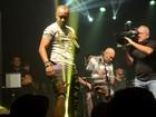Thiaguinho mostra a cueca e se emociona em show em São Paulo