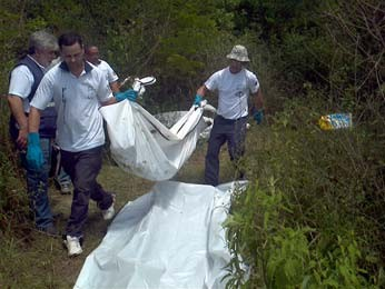 Corpos foram achados em meio a matagal (Foto: Everton Chrisostomo/RBS TV)