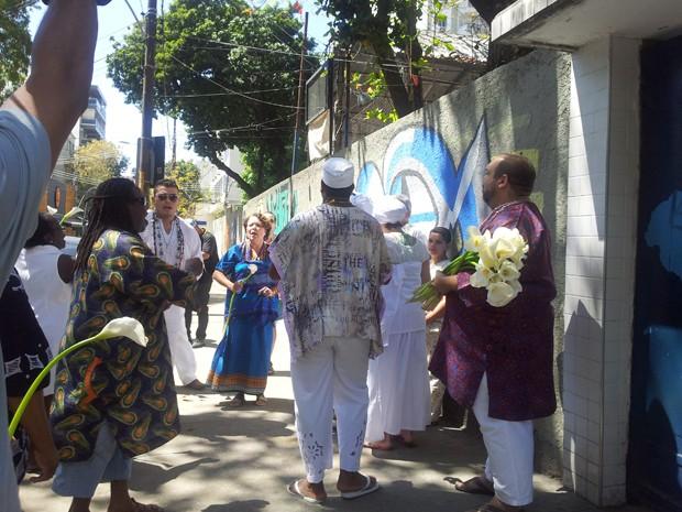 Representantes.de religiões africanas promoveram uma toda de afoxé em frente a escola onde aluno foi barrado (Foto: Alba Valéria Mendonça/G1)