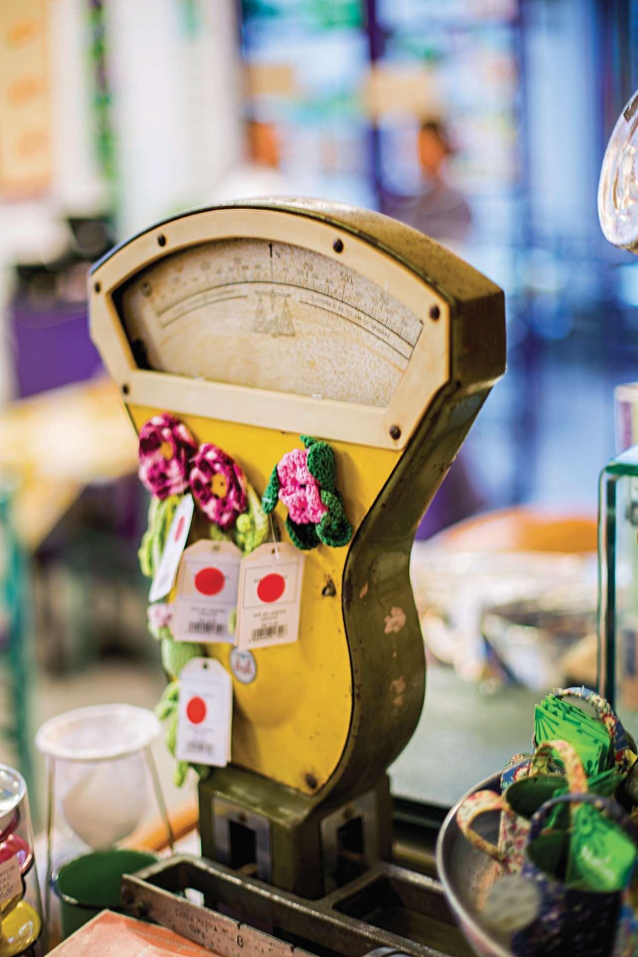 Broches de flores de crochê decoram a balança antiga, exposta no Lá da Venda da Vila Madalena. Do cardápio aos objetos, tudo tem o toque caseiro da Helô (Foto: Rogério Voltan/Editora Globo)