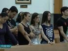 Família participa de missa em basílica frequentada por Ari Júnior, em Goiás