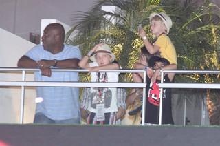 Benício e Joaquim, filhos de Angélica e Luciano Huck, em camarote VIP do Rock in Rio (Foto: Alex Palarea/AgNews)