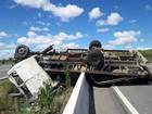 Caminhão colide em mureta, tomba e deixa dois feridos em São Caetano