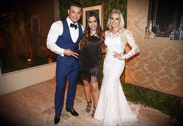 Anitta ao lado dos noivos, Juju Salimeni e Felipe Franco (Foto: Reprodução/Instagram)