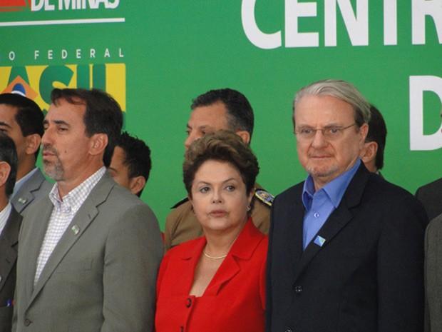 A presidente Dilma Rousseff entre o ministro das Cidades, Gilberto Occhi (esquerda), e o prefeito de Belo Horizonte, Márcio Lacerda (Foto: Raquel Freitas / G1)
