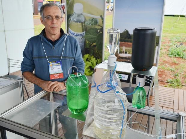 O pesquisador Washington Barros Melo conta que ideia de irrigador solar surgiu durante as férias (Foto: Adriano Oliveira/G1)