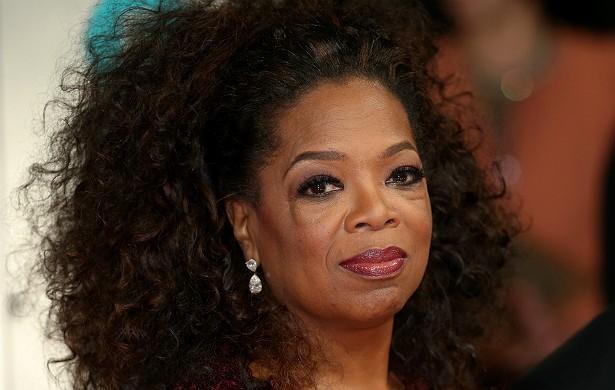 A poderosa e influente Oprah Winfrey é acusada pelo pai, Vernon, de não manter contato nem dar muito dinheiro à família. Mas com uma família dessas, pode ser melhor manter distância. Oprah diz ter sido estuprada por um primo quando ela tinha 9 anos de idade, depois por um amigo da mãe dela e, finalmente, também por um tio. A mãe a mandou ir morar com o pai biológico quando Oprah começou a se destacar nos estudos. Aos 14 anos, a futura apresentadora e magnata da mídia ficou grávida e deu à luz um bebê natimorto. Se o pai de Oprah hoje cobra amparo da filha, talvez seja esse amparo que tenha faltado a Oprah no passado. (Foto: Getty Images)