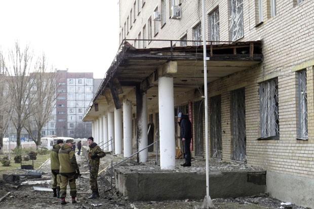 Separatistas pró-Rússia são vistos em frente a hospital em Donetsk que  segundo eles foi atingido por bomba nesta quarta-feira (4) (Foto: Maxim Sergeev/Reuters)