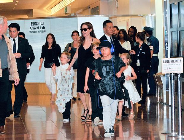 Angelina Jolie e os filhos (Foto: AKM-GSI)