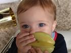 Claudia Leitte mostra o filho Rafael comendo carambola