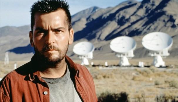 O astrônomo Zane Ziminski (Charlie Sheen) decide investigar o caso por conta própria (Foto: Divulgação/Reprodução)