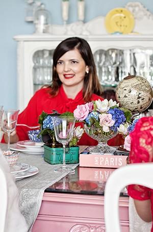 """A designer e blogueira Isa Maiolino. Viajante inveterada, ela curte marcar encontros com grupos diferentes de amigos para contar da viagem: """"Trago sempre um chocolatinho, uma caixinha de chá para presentear"""" (Foto: Elisa Correa/ Editora Globo)"""