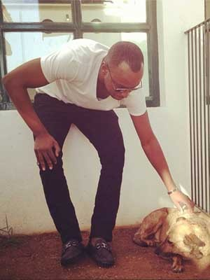 O cantor Thiaguinho visita nesta quarta-feira (4) cadela ferida em Campinas, SP (Foto: Reprodução Twitter / Thiaguinho (www.twitter.com/thiaguinhocomth)