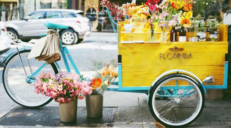 A Florinda Flor oferece arranjos variados para seus clientes em uma bicicleta, em São Paulo (SP) (Foto: Divulgação)